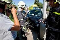 Automobil skončil v Novém Městě nad Metují ve sloupu.
