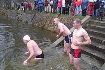 Otužilci si zaplavali na rybníku v Hlavňově.