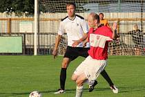 ZKUŠENÝ Petr Bárta (u míče) je podle trenérových slov svým přístupem vzorem pro všechny mladší spoluhráče.