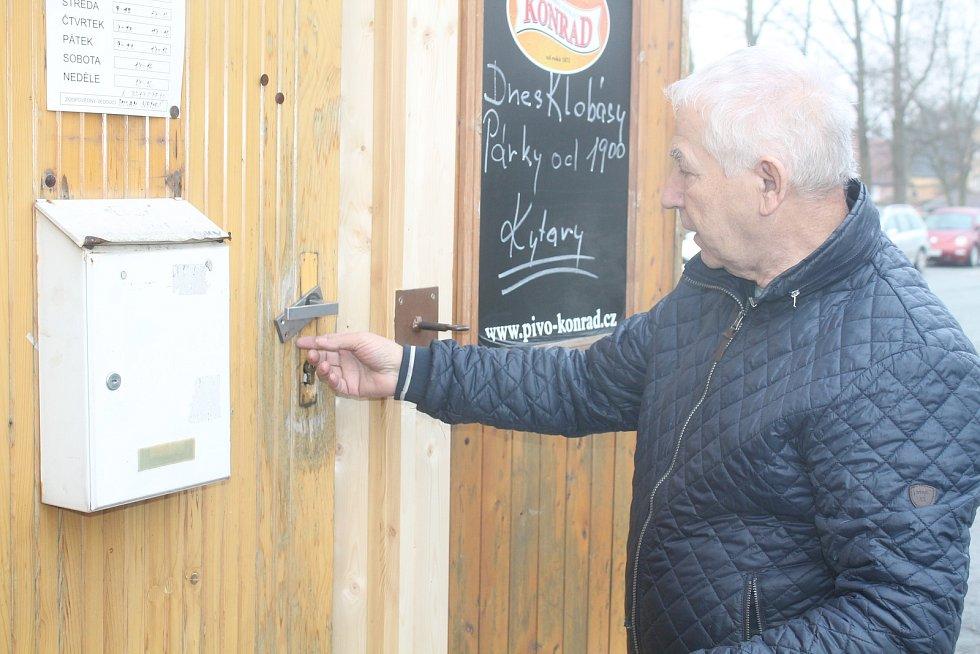 Milan Nemeš ukazuje následky úsilí zlodějů, Dostat se do kiosku se jim ale nepodařilo.