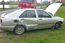 Auto vyjelo ze silnice, poškodilo pískovcové sloupky.