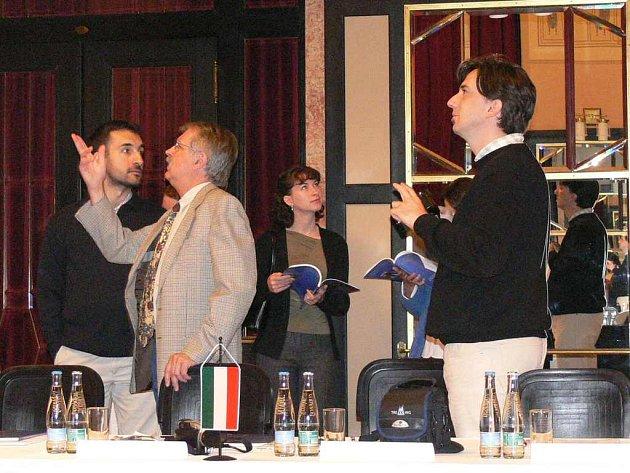 Partnery z Maďarska zaujala výzdoba Malého sálu Městského divadla (na snímku). Spolu se zástupci italských  regionů a města Náchoda dále navštívili lázně Běloves a náchodský zámek.