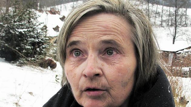 Svatoslava Kuchařová (56) z obce Bělý na Machovsku přišla v neděli, kdy jí shořelo její obydlí, doslova o střechu nad hlavou. Nyní bydlí prozatím u souseda a je odkázána na pomoc místních lidí, kteří jí nosí ošacení a peníze.