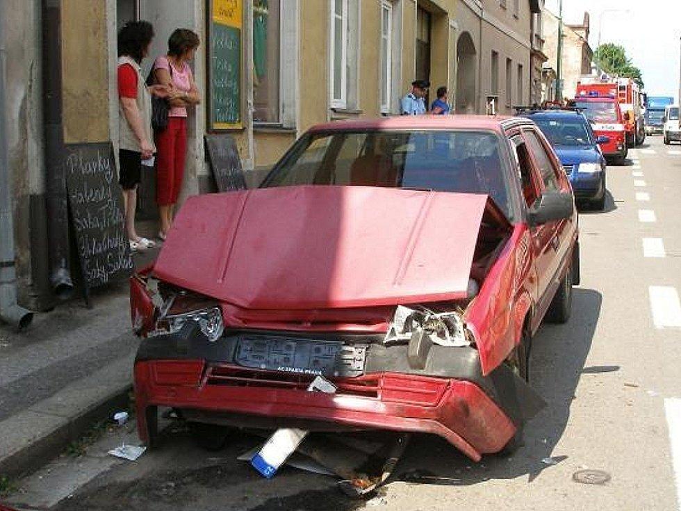 V Palackého ulici v Jaroměři se v pondělí 9. června střetla osobní vozidla Škoda Favorit a Hyundai. Při tomto karambolu byly tři osoby zraněny.