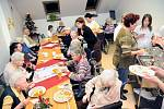Senioři v hronovském Domově odpočinku ve stáří Justynka si užívali sváteční pohodu Štědrého dne.