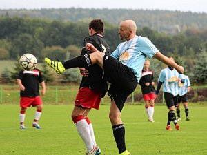 Fotbalisté Provodova (v modrém)