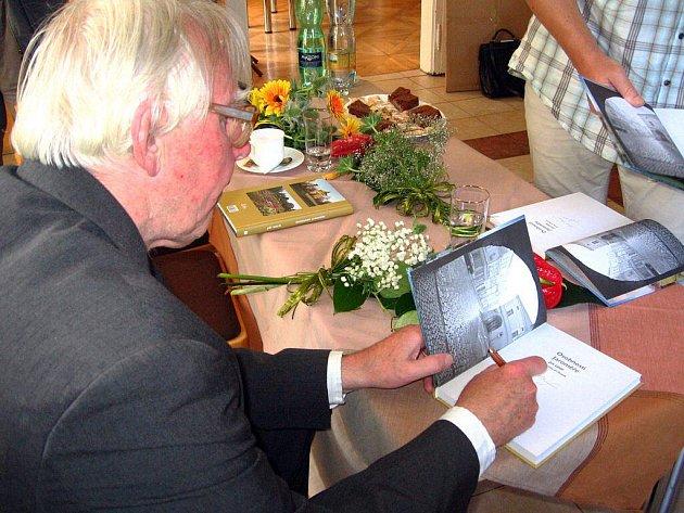 JIŘÍ UHLÍŘ podepisuje svoji knihu.