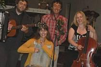 Brněnská kapela Svítání předvedla v pondělí večer početné veřejnosti v kostele v Polici nad Metují  své nevšední hudební umění.