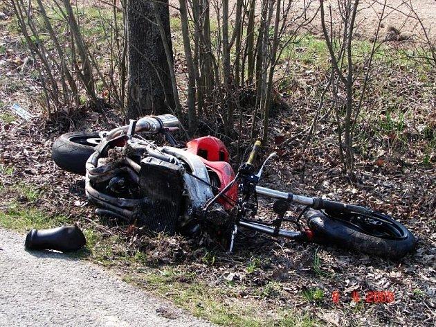 Takto vypadala motorka po střetu s osobním autem u Bezděkova. Motorkář si karambolem si přivodil těžká zranění.