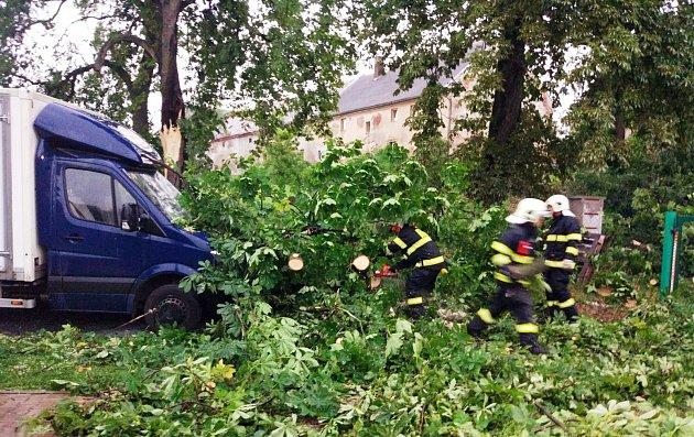 Dobrovolní hasiči zČeské Skalice vyjeli kodstranění stromu, který spadl na zaparkovanou dodávku.