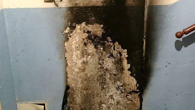 Na chodbě hořel botník.