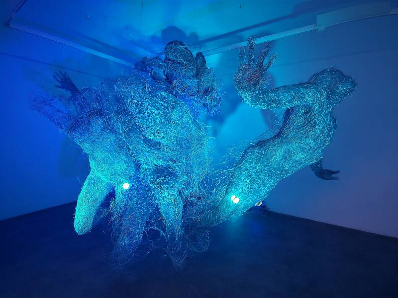 Způsobem site-specific, tedy přímo pro výstavní prostor, do Galerie výtvarného umění v Náchodě nainstalovala sochařka Veronika Psotková své rozměrné figurální, modře nasvícené dílo vytvořené zdrátů a nazvané Esence. Foto: kr