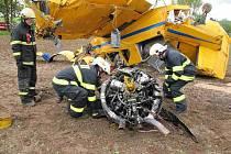 Nehoda práškovacího letadla, které se zřítilo dnes dopoledne u obce Chvalkovice na Náchodsku.