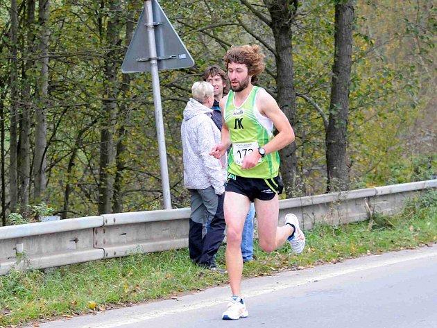Vytrvalec novoměstského Sportovního klubu Kamil Krunka na trati loňského ročníku běhu Hronov-Náchod.
