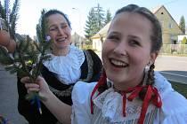 Na Smrtnou neděli dopoledne děvčata z folklorního souboru Barunka z České Skalice obcházela s lítem obyvatele města s přáním hezkého jara a s koledou.