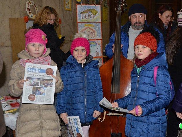 Koledy se zpívaly také ve vstupní hale náchodské knihovny.