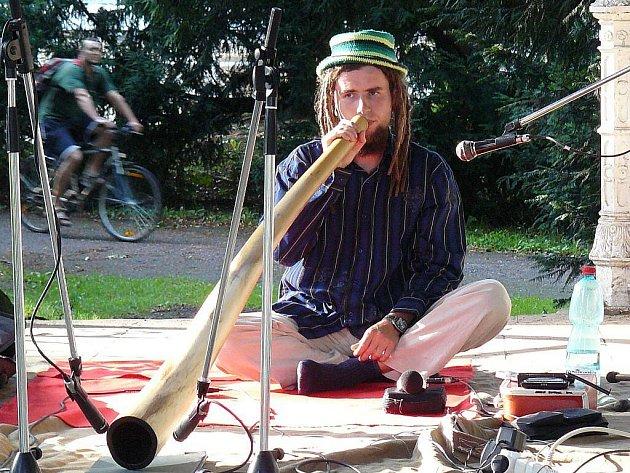 Festnefest v Jaroměři hostil vystoupení hudebníka Aldamana. Zahrál na původní nástroj australských domorodců didgeridoo.