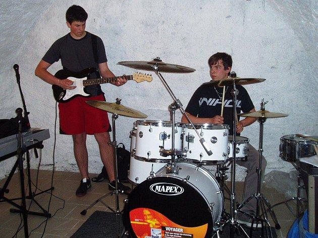 Společná zkušebna slouží vyhraněným skupinkám hudebníků, které se za normálních okolností  moc nemusí.