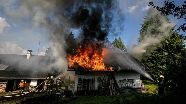 Technická závada na elektroinstalaci stála za vznikem požáru garáže v Krahulčí