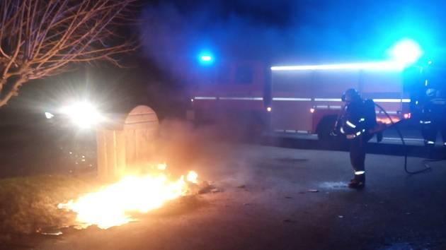 První zásah roku 2021 si zapsali profesionální hasiči z Dobrušky a JSDH Trnov, když vyjeli v 01:11 hod. k ohlášenému požáru plastového kontejneru na papír v Trnově, části Záhornice.