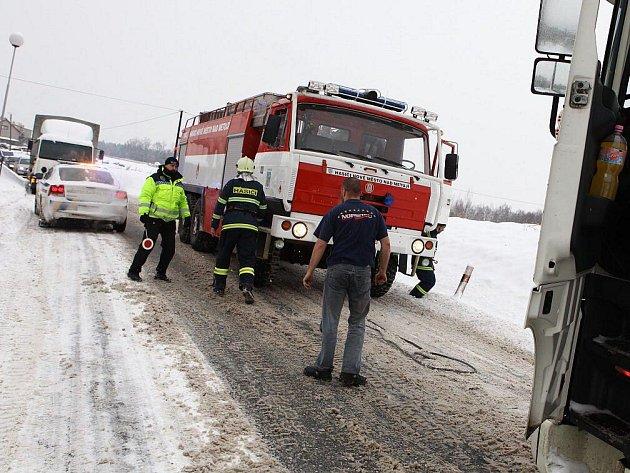 Dva kamiony tahaly hasiči z Nového Města na hlavním tahu na Dobrušku.