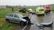 V zatáčce na silnici mezi Chvalkovicemi a obcí Dolany se střetl traktor s přívěsem a Škoda Fabia.
