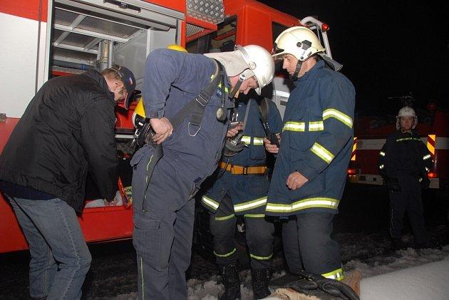 Ve Slavoňově  vypukl požár na zdejší faře. Hasiči,  kteří dorazili na místo zjistili, že v komíně hořely saze.