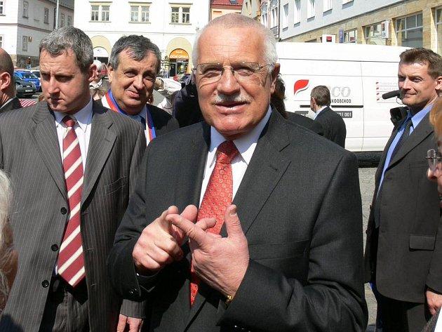 Obklopeni ochrankou procházeli Václav Klaus se svou chotí Livií náměstím od radnice směrem k Beránku.