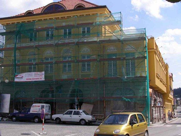FASÁDA  sluníčkové barvy, kterou  dělníci nyní dokončují na čelní části, by měla být hotová do Polické pouti.