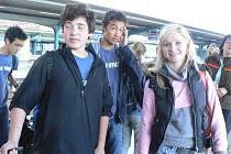 Až z Ameriky dorazili do Police nad Metují mladí hudebníci. Snímek pochází z pardubického nádraží, kde na Američany čekali rodiče žáků polické zušky.