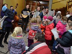 Akce Česko zpívá koledy ve vstupní hale náchodské knihovny