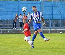Tři body zajistil Náchodu v Rychnově nad Kněžnou Michal Rojšl (v modro-bílém v utkání s Červeným Kostelcem).