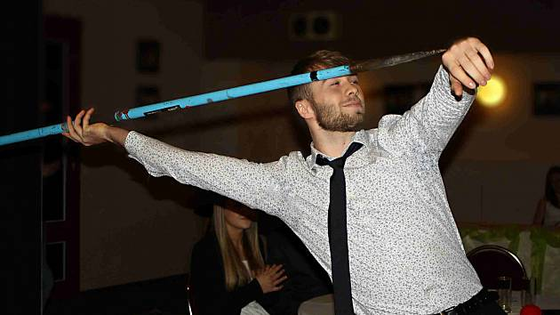 TROCHU překvapivý oštěpařský mistr České republiky v kategorii juniorů za rok 2015 Aleš Král (TJ Sokol Hradec Králové) názorně předvádí odhodovou fázi.