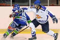 JAROMĚŘ (v bílém) prohrála i druhé letošní utkání na ledě Hronova. Po říjnovém výprasku 7:1 to nyní bylo jen 2:1.
