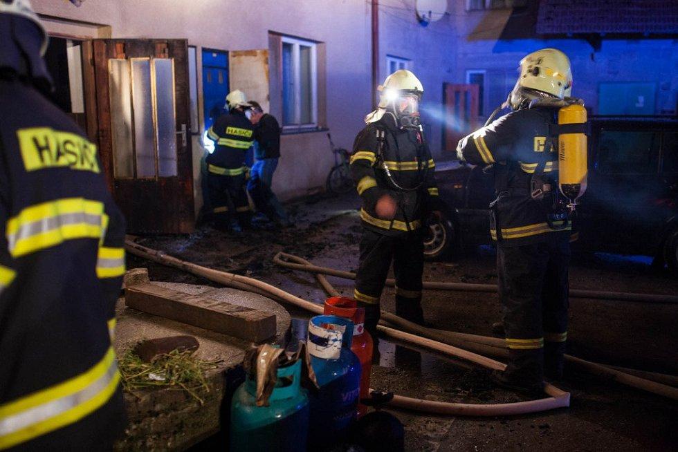 Rozsáhlý požár bytového domu v Bohuslavicích nad Metují.