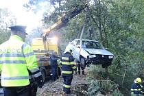 Automobil sjel do potoka, lovila ho odtahová služba.
