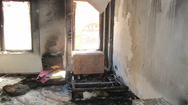 V jednom z bytů v domě v broumovské Soukenické ulici hořel nábytek a další vybavení.