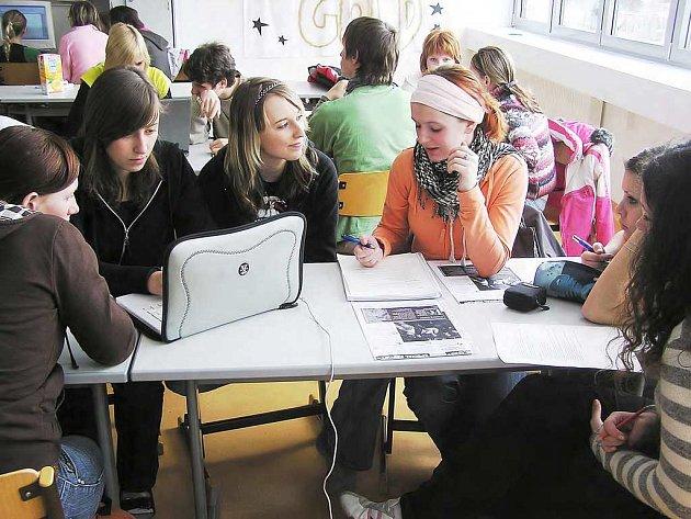 Studenti Obchodní akademie v Náchodě sedí nad svým projektem, který porovnává život jejich školy  a  školy v rakouském Tamswegu.