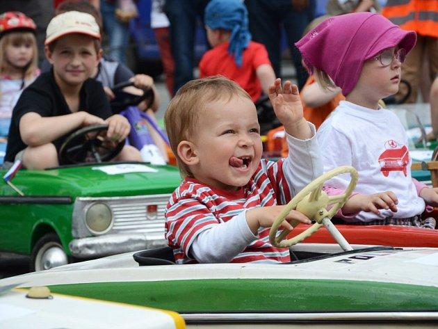 DRUHÝ MEZINÁRODNÍ SRAZ šlapacích moskvičů a jiných vozítek se uskutečnil v sobotu v Náchodě.