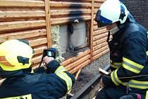 Průzkumem hasiči zjistili, že došlo kzahoření pláště chaty. Jednotky  prostory chaty odvětraly a rozebíraly palubky.