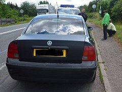 Jaroměřským strážníkům se podařilo přímo při činu chytit podvodníky, kteří zastavovali řidiče a nabízeli jim falešné zlaté předměty za to, když jim dají peníze na benzin.