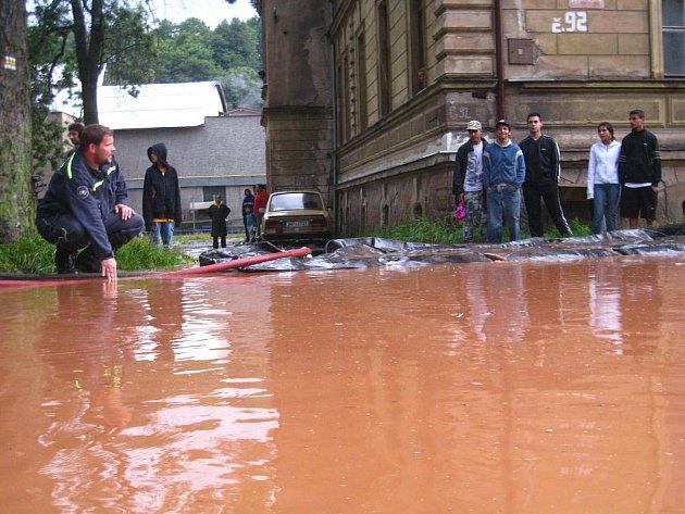 Hasiči zasahují v Olivětíně u Broumova, kde na Svinském potoku došlo k ucpání vpustě a následnému rozlití na vozovku pod železniční most.