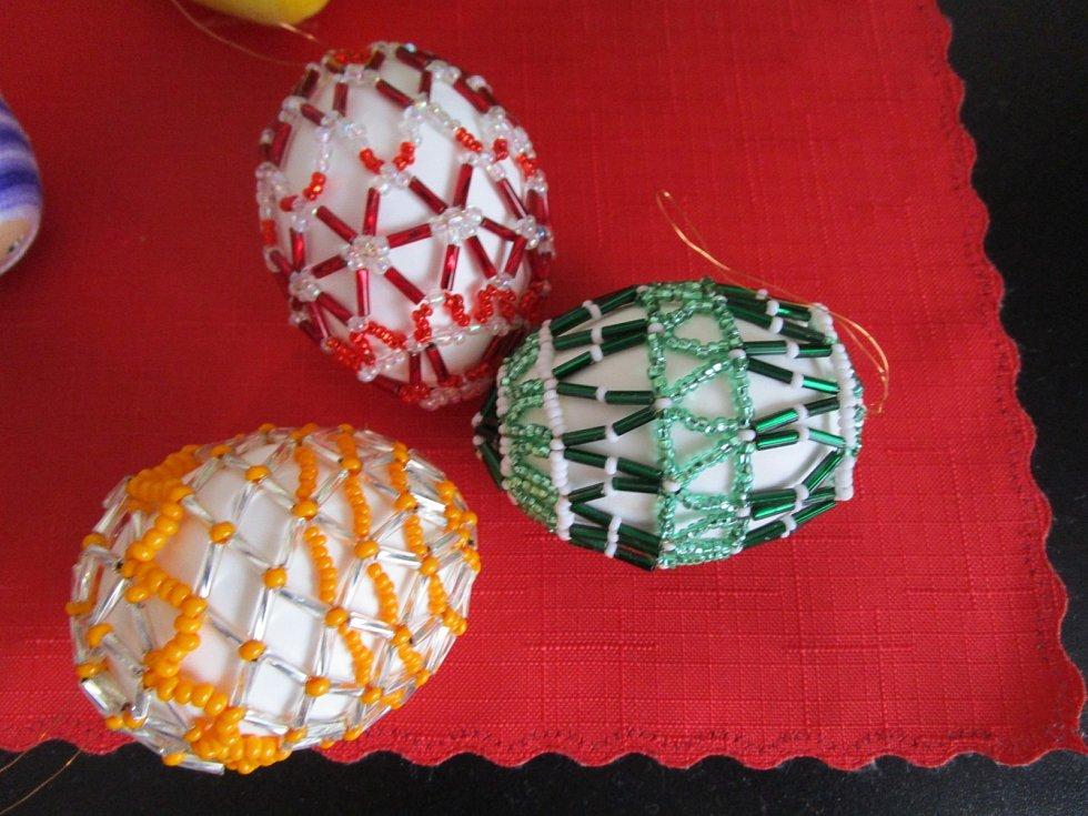 Kraslice z korálků vyrobila paní Růženka Koudelková.