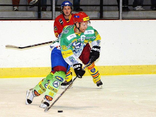 Hokejisté Hronova přišli v neděli v Náchodě nejen o body, ale i o kapitána Fišera, který pro zranění kolene utkání nedohrál.