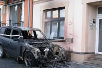 Ve středu večer terénní vozidlo Land Rover, které stálo zaparkované nedaleko plhovského sídliště v ulici Pod Kapličkou, pohltily plameny.