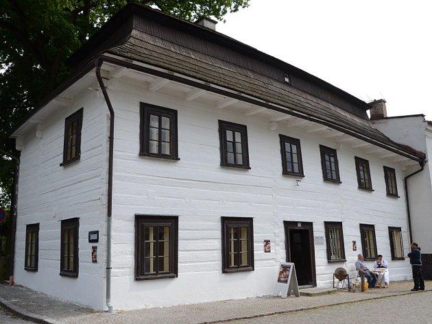 Stará roubená škola Dřevěnka v Polici nad Metují.