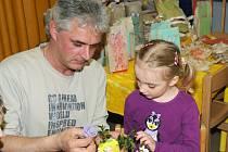 Den před velikonočními prázdninami připravily učitelky v mateřské škole pro zdejší děti a jejich rodiče tvořivé velikonoční odpoledne.