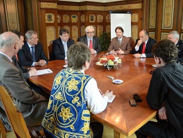 Včera představil náchodský starosta Jan Birke a jeho polský kolega Czesław Kręcichwost scénář, jakým se chtějí při dalším rozvoji ubírat.
