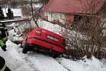 Vyproštění vozidla, které hrozilo pádem do rybníka, ve Zlíčku.