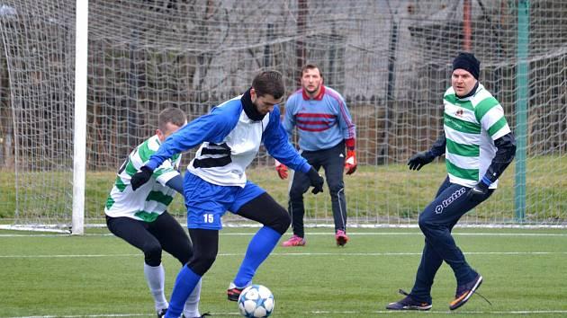 Vaněček dal hattrick   TŘEMI góly se proti polské Jedlině Zdrój blýskl náchodský útočník Jakub Vaněček (u míče).